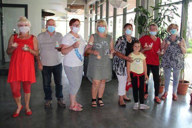 Druga grupa studentów UTW po warsztatach mydełkowch z własnoręcznie wykonanymi mydełkami